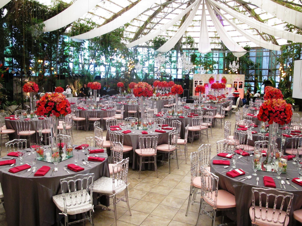 a dramatic red and silver themed wedding – glass garden events venue